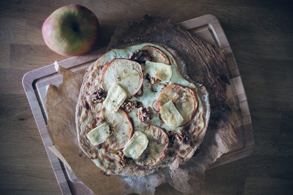 Flammkuchen mit Brie und Apfel – Herbstrezept