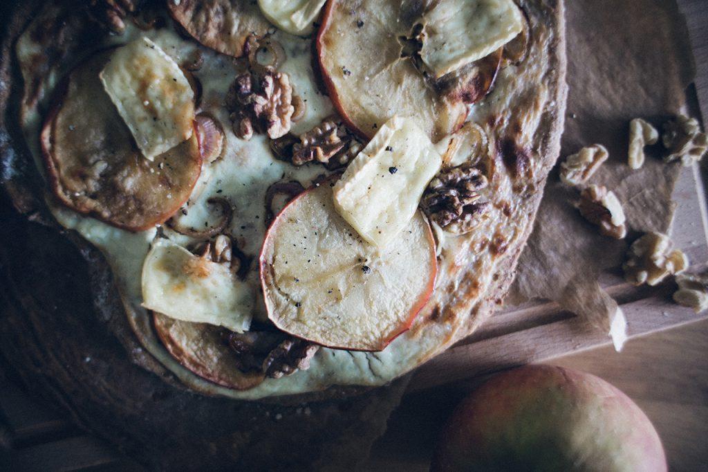 flammkuchen mit brie und apfel